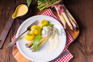asparagus with poached egg sauce and wild garlic