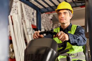Arbeiter als Fahrer auf dem Gabelstapler
