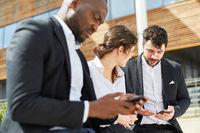 Business Leute lesen oder schreiben SMS