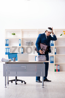 Head injured male employee working in the office