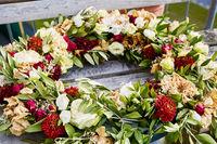 Blumendekoration in Ringform auf einer Bank liegend