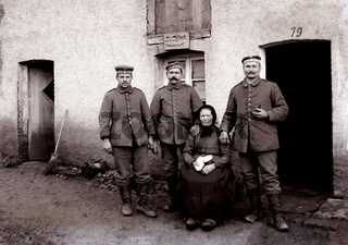 Deutsche Soldaten mit französcher Zivilistin