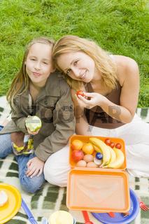Gemeinsam Obst essen