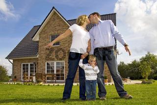 Familie vor ihrem Haus