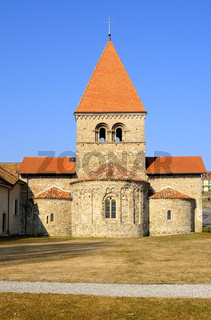 Romanische Kirche mit dreifacher Apsis