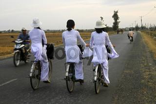 Junge Mädchen in tao dai Kleidung, Vietnam