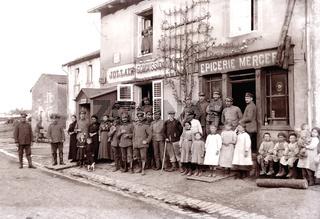 Zivilisten mit deutschen Soldaten