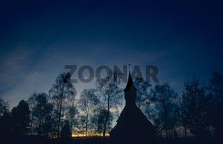 Sonnenuntergang ueber der Belsemer Kirche