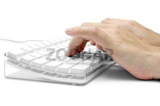 Haende auf weisser Computertastatur