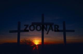 Drei Kreuze auf dem Kornbuehl bei Sonnenaufgang