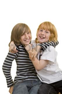 Geschwister umarmen sich