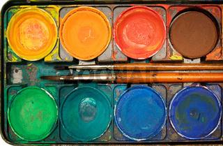 Wasserfarbenkasten mit Pinsel