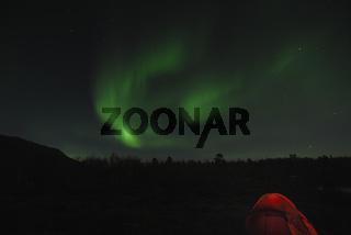 Zelt mit Nordlicht (Aurora borealis) und Sternenhimmel, Abisko Nationalpark