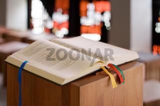 Bibel auf Stehpult