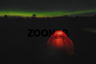beleuchtetes Zelt mit Nordlicht (Aurora borealis), Abisko Nationalpark