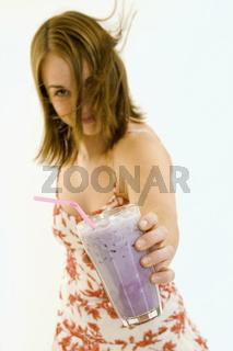 Frau bietet einen Smoothie an   Woman offers a Coc