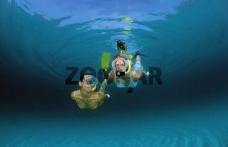 Zwei Frauen beim Schnorcheln, Two snorkeling girls, Bali, Indischer Ozean