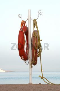 Rettungsringe am Meer
