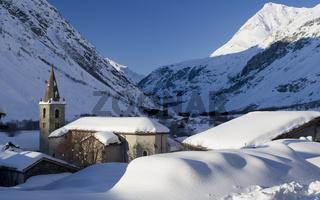 Dorf unter Schnee, Frankreich