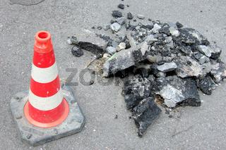 Baustelle - Asphaltstücke und Pylon   construction site - pieces of asphalt and pylon