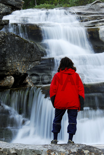 Frau betrachtet Wasserfälle