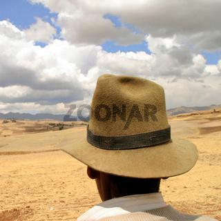 Bauer mit Hut in den Anden von Peru