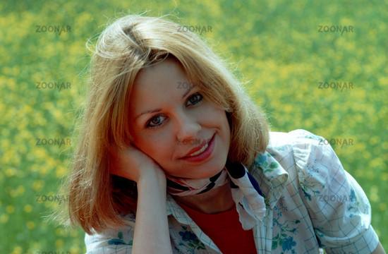 Photo Huebsche Junge Frau Im Rapsfeld Blonde Haare