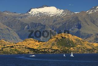Lake Wanaka mit Gipfeln der neuseelaendischen Suedalpen