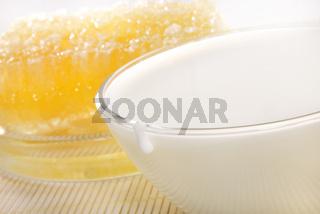 Milch und Honigwabe