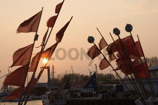 Fischerfahnen im Hafen von Burgstaaken auf Fehmarn