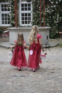 Blumenkinder bei der Hochzeit