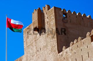 Nationalflagge Omans an der Festung Jabrin
