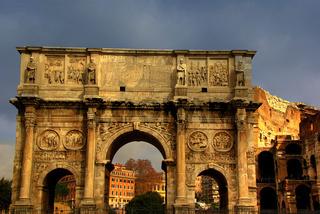 Konstantinbogen mit Kolosseum in Rom