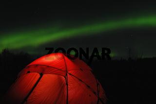 beleuchtetes Zelt mit Nordlicht (Aurora borealis), Abisko Nationalpark, Lappland, Norrbotten, Schweden, Skandinavien, Europa