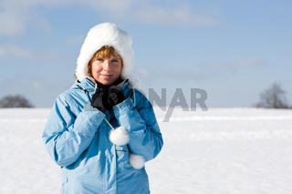 Nette Frau im Schnee
