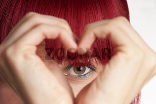 Frau zeigt Herz   woman shows heart