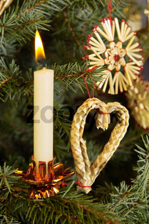 Kerze am Weihnachtsbaum