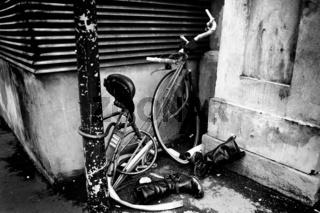 Verlassenes Fahrrad mit Cowboy Stiefeln