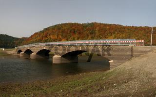 Leerer Edersee mit normal versunkener Brücke Asel