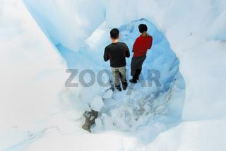 Paar in einer Eishoehle