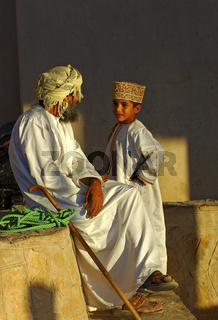 Vater und Sohn im Zwiegespräch, Oman