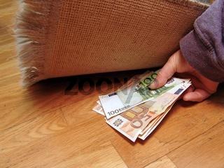 Geld unter dem Teppich