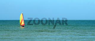 Segelboot im Ozean