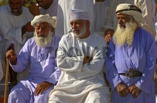 Drei Omani Männer im traditionellen Dischdasch