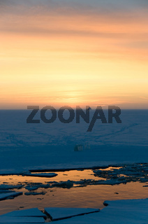 Sonnenuntergang auf dem Eis am Polarkreis - Sunset on the ice at the polar circle