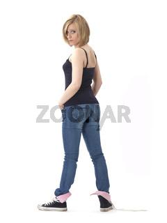Junge Frau in Jeans von hinten