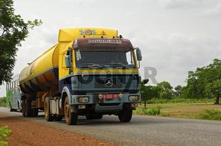Mercedes LKW auf einer Landstrasse in Burkina Faso