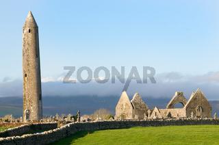 Kilmacduagh ein altes Kloster in den Burren -  Kilmacduagh an old monestrry in the Burren