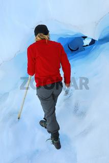 Frau am Eingang zu einer Eishoehle