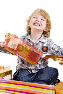 Kind reißt Geschenke auf